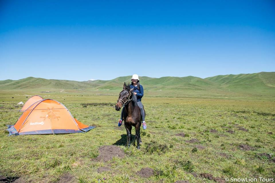 This client is learning how to ride a horse during a stay with Nomads organized by Snowlion Tours in Tibet