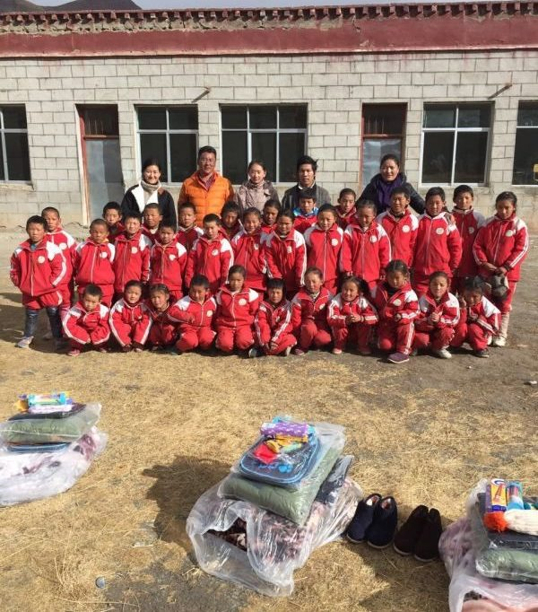 distribution of clothes to school children in Tibet by Tibet Universal Travel