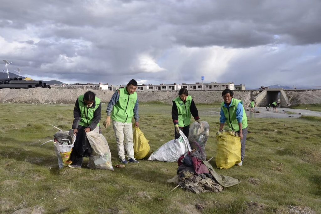Collecting rubbish on the Tibetan Plateau by Tibet Universal Travel