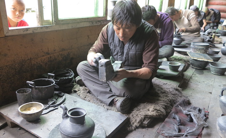 arts and crafts in Tibet, the Dzongsar pottery workshop